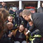 Novinarka na zadatku pala u nesvest: Ministar i vatrogasci pomogli trudnici