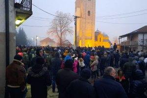 Stotine građana Bejlog Polja okupljeno oko crkve /video/
