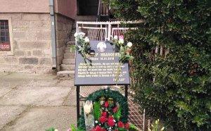 Sveće i cveće za pokojnog Olivera: Odata počast Ivanoviću u Kosovskoj Mitrovici (FOTO)