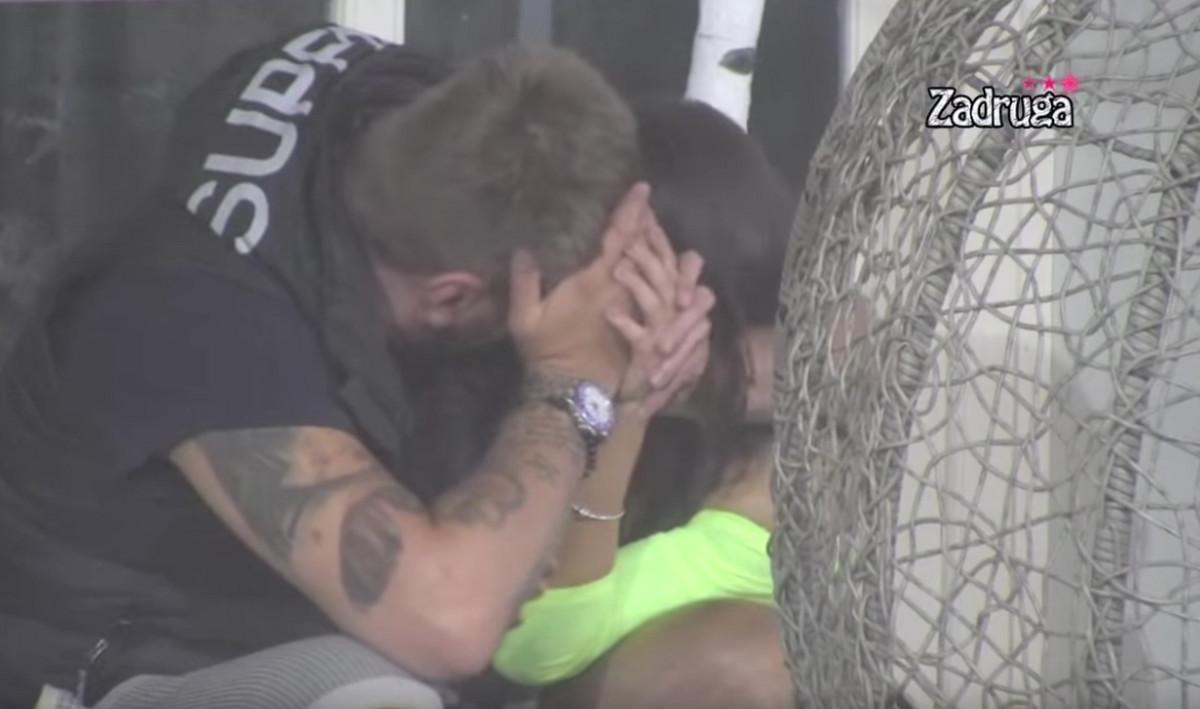 POKUŠALI DA SE SAKRIJU Pao poljubac Janjuša i Maje, a onda završili u krevetu: Kamere uhvatile SVAKI DETALJ