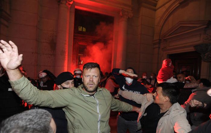 Haos ispred Skupštine Srbije, demonstranti pokušavaju da uđu i probiju kordon policije /foto/