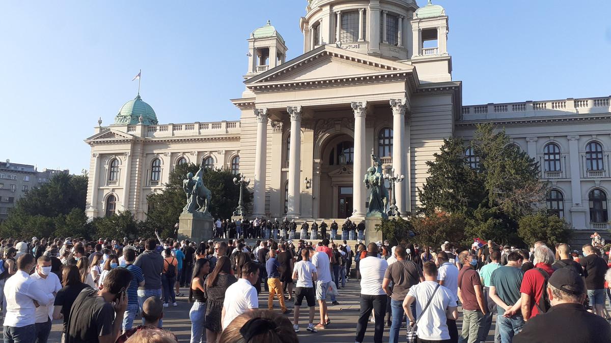 (UŽIVO) Demonstranti ispred Doma Narodne skupštine, NAPADNUT SERGEJ TRIFUNOVIĆ