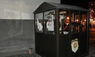 Pogledajte kako su huligani u Krajujevcu demolirali policijsku stanicu (FOTO)