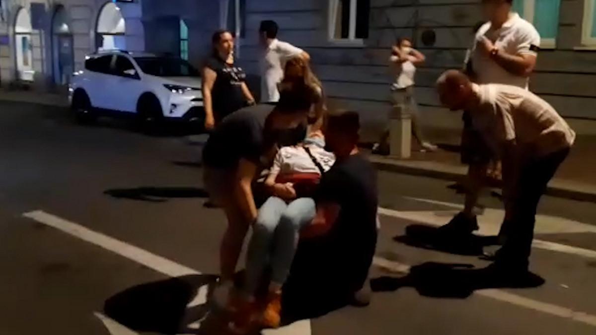 DRAMATIČNA SCENA NA PROTESTU Demonstranti pomažu besvesnoj devojci (VIDEO)