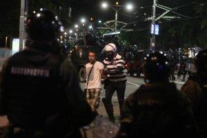 NA DESETINE HULIGANA IZA REŠETAKA Policija uhapsila demonstrante koji su sinoć PRAVILI INCIDENTE