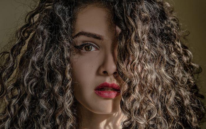 Otkrivena tajna kovrdžave kose: Kako nastaje i čemu služi