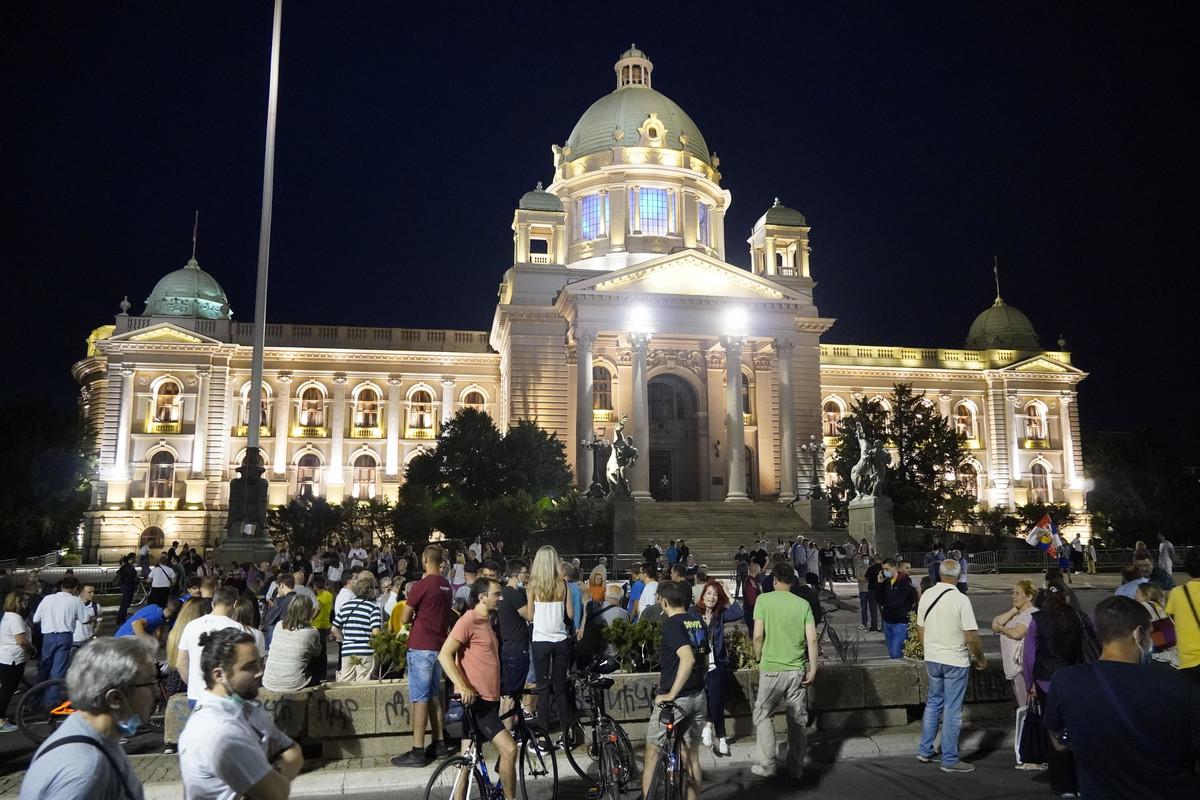 (UŽIVO) PROTEST JENJAVA Najmanji broj okupljenih do sada ispred Skupštine, među njima i Nogo (VIDEO)