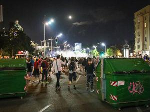Bilans sinoćnjih nereda u Beogradu – desetine povređenih, zapaljena policijska vozila