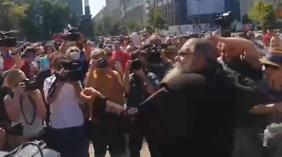 RASPOP KRENUO JAJIMA NA SKUPŠTINU Kontroverzni Antonije Davidović ponovo u centru SKANDALA (VIDEO)
