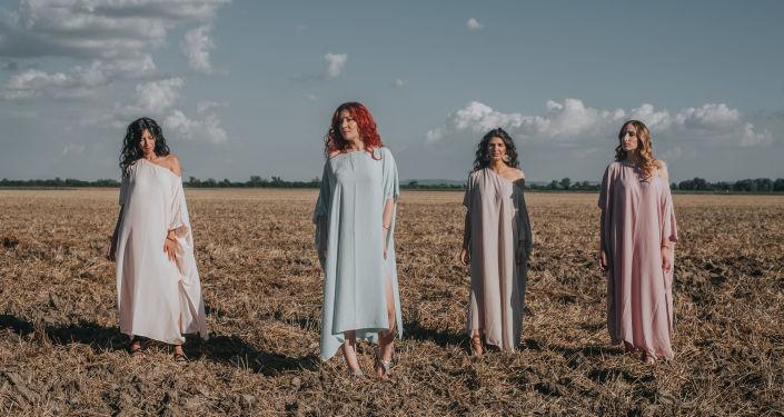 Sini jarko sunce s Kosova: Četiri devojke glasovima obojile kosovske pejzaže /video/