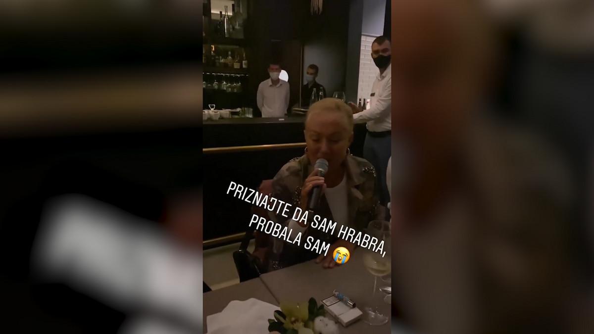 (VIDEO) LEPA BRENA SE LATILA MIKROFONA USRED LOKALA U CRNOJ GORI Svi odmah izvadili telefone da je snimaju - ovo morate da vidite