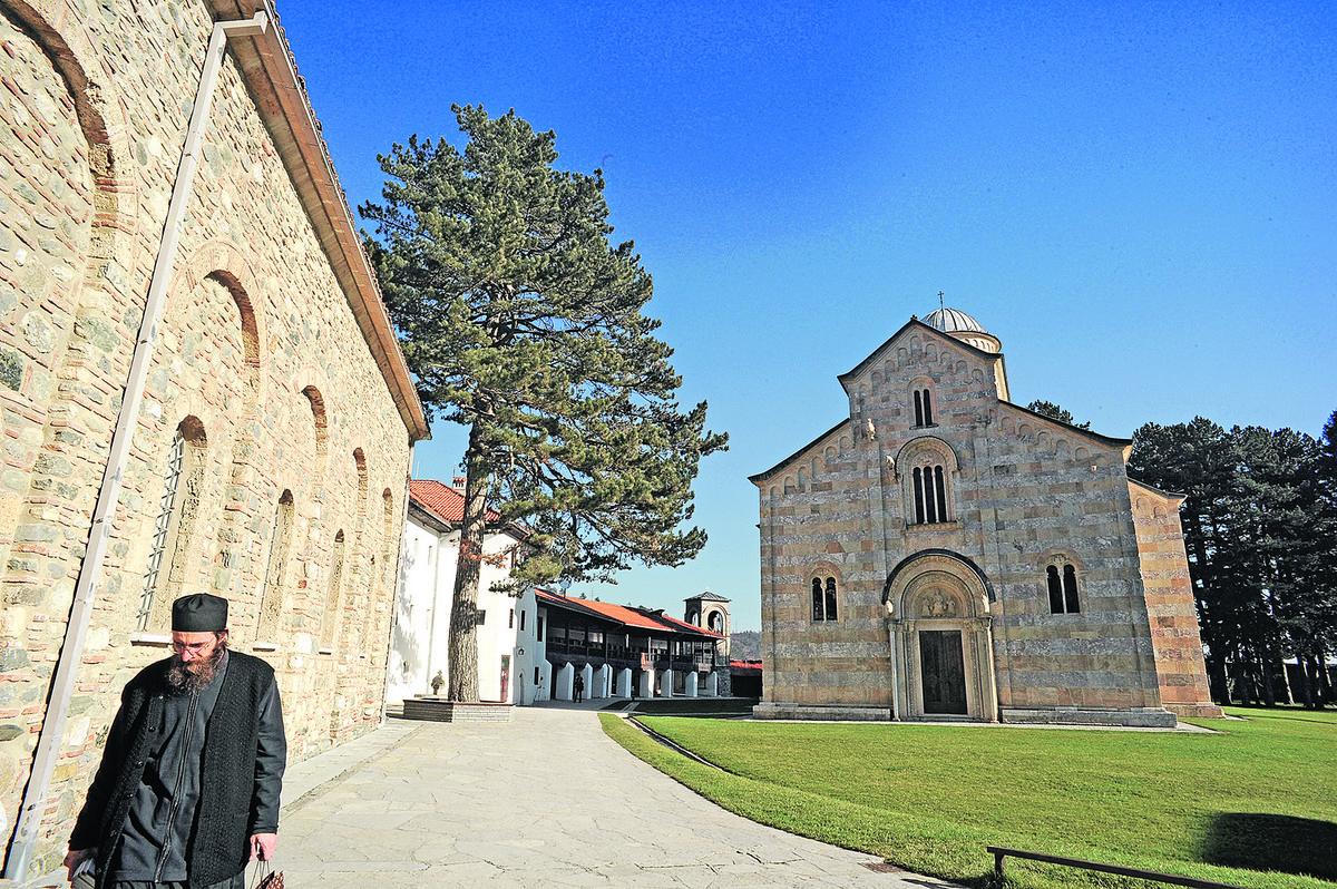 Kvinta, EU, KFOR i OEBS pozvali na poštovanje Zakona o SZZ u Dečanima i povraćaj manastirske zemlje