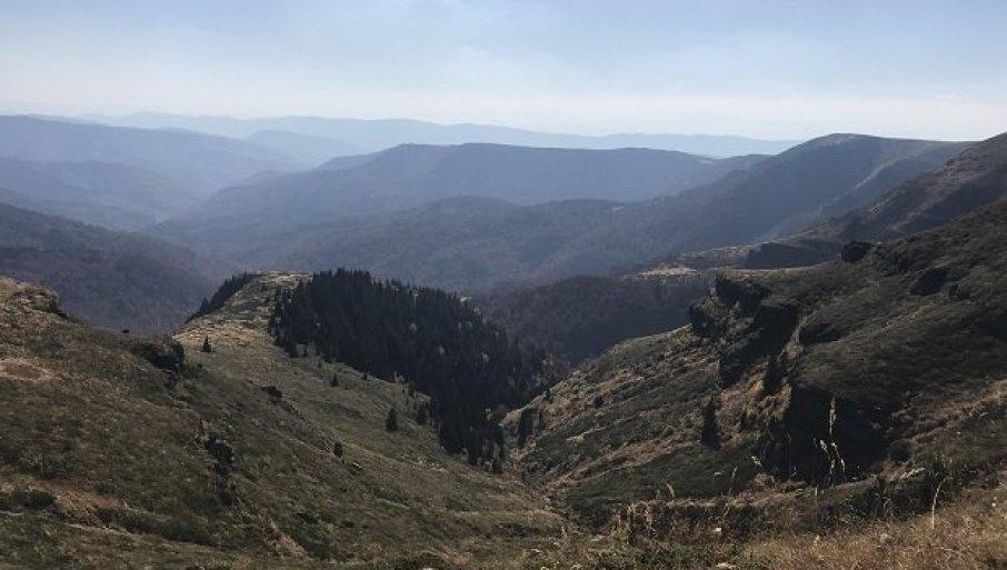 ПЛАНИНА ЈЕ ЛЕПА, АЛИ И ОПАСНА: У кањону изнад старопланинског села Топли До, камена стена повредила планинарку