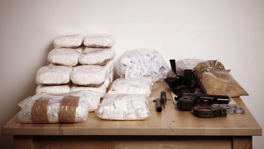 ЗАПЛЕЊЕНИ ХЕОРИН И МАРИХУНА: Ухапшени осумњичени за трговину наркотицима (ВИДЕО)