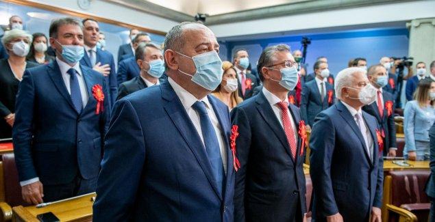 U Skupštini Crne Gore danas su svi nosili CRVENE BEDŽEVE, a evo šta oni znače (FOTO)