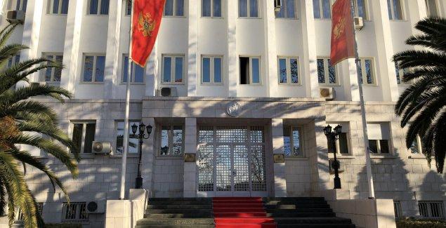 PODGORIČKA SKUPŠTINA PONOVO DELI CRNU GORU Odlazeći režim u Podgorici po svaku cenu hoće da napravi otklon od Srbije, FARSA oko formiranja vlade se nastavlja