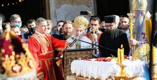 (УЖИВО) САХРАНА МИТРОПОЛИТА АМФИЛОХИЈА: Патријарх Иринеј беседи испред Храма - верници се опраштају (ФОТО/ВИДЕО)